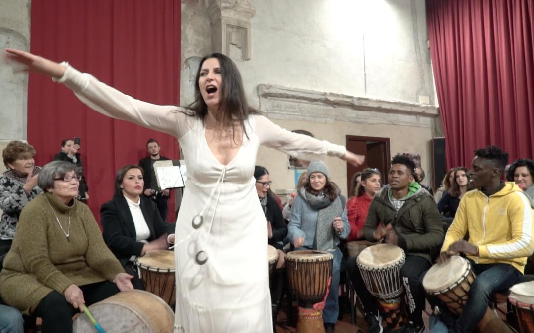 Il drum circle facilitato da Lucina Lanzara: energia a 1000 per 100 tamburi!
